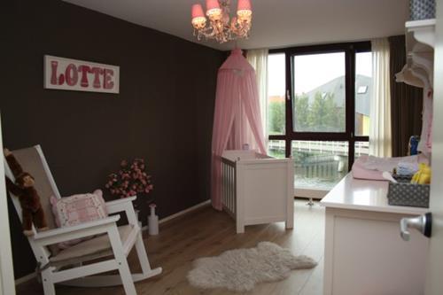 Interieur Inspiratie klassiek grijs roze babykamer