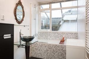 Badkamer met mozaiek bad