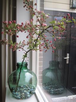 Interieur inspiratie grote vazen in de vensterbank for Decoratie gang