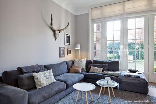 interieur inspiratie een grijze bank stylen interieur inspiratie