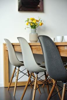 grijze eames stoelen