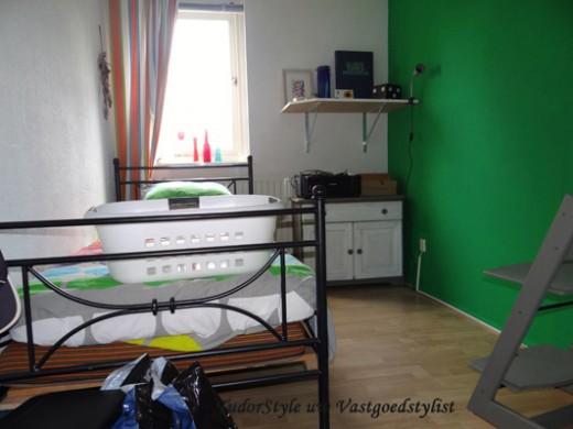 Rommelkamer met groene muur VOOR