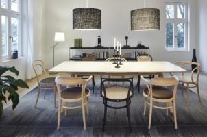 Massief en lichtvoetig: de nieuwe houten tafel 1060 van Thonet