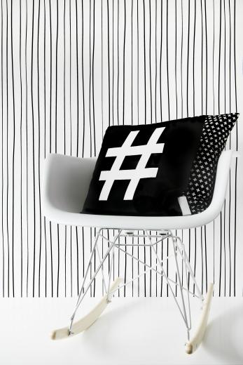 zwart-wit-vliesbehang-met-patroon-van-zwarte-strepen
