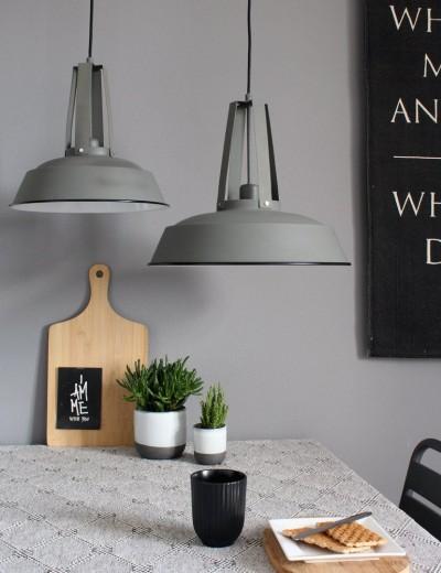 verschillende lampen boven eettafel