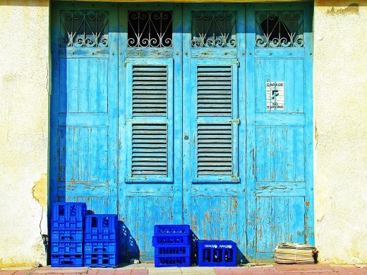 wat er nou hoort bij een typische mediterraanse keuken tegels met veel kleuren en motieven natuursteen kastjes in lichte kleuren en verse kruiden in
