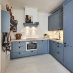 Blauwe keuken vult warme ruimte mooi op
