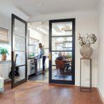 Solide houten deuren met een industriële uitstraling