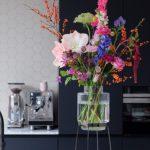 Monday Vase plaatst je bloemen op een voetstuk