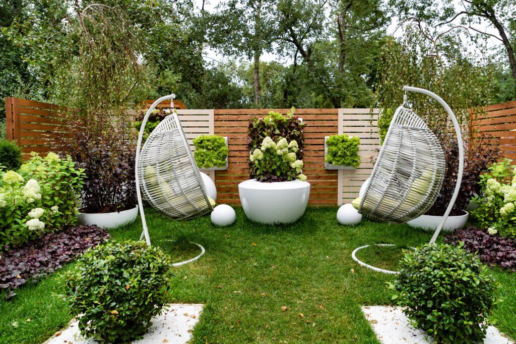 tuin gezellig met tuindecoratie