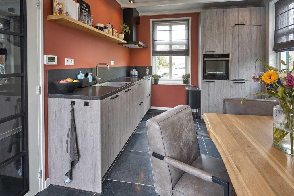 Grijze houtlook keuken